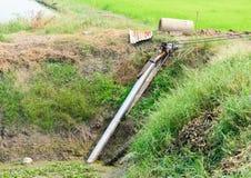 Agricoltori che pompano acqua alle risaie del gelsomino Fotografie Stock Libere da Diritti