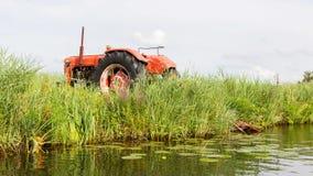Agricoltori che pompano acqua con il vecchio trattore Fotografia Stock Libera da Diritti