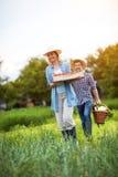 Agricoltori che portano le verdure di recente selezionate Fotografia Stock Libera da Diritti