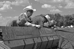 Agricoltori che riempiono il contenitore di seme di avena Fotografia Stock Libera da Diritti