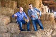 Agricoltori che riposano sul hayloft Immagini Stock