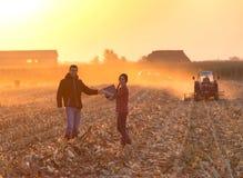 Agricoltori che scuotono i hnds al tramonto Fotografia Stock Libera da Diritti