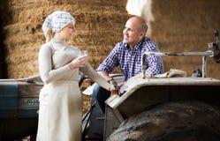 Agricoltori che stanno nel capannone Fotografia Stock