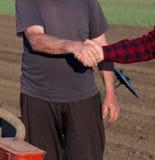 Agricoltori che stringono le mani Immagini Stock