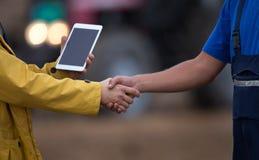 Agricoltori che stringono le mani nel campo Fotografie Stock