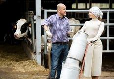 Agricoltori che tengono i grandi bidoni di latte metallici Immagini Stock Libere da Diritti