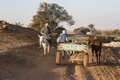 Agricoltori che vanno ai campi Immagine Stock