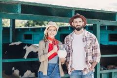 Agricoltori con latte fresco alla stalla Fotografia Stock Libera da Diritti