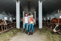 Agricoltori con latte fresco alla stalla Immagini Stock Libere da Diritti
