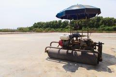 Agricoltori del sale con il rullo dell'automobile Immagini Stock Libere da Diritti