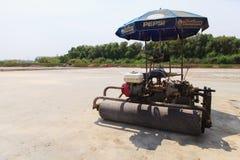 Agricoltori del sale con il rullo dell'automobile Immagine Stock