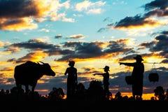 Agricoltori della famiglia al tramonto Fotografia Stock Libera da Diritti