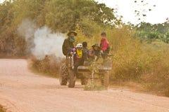 Agricoltori della gioventù che ottengono a casa la loro strada del veicolo uno dell'azienda agricola Fotografia Stock Libera da Diritti