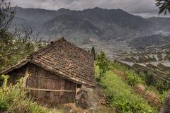 Agricoltori di legno della tettoia in altopiani della Cina, in mezzo delle risaie Fotografia Stock Libera da Diritti