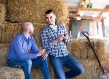Agricoltori di riposo con i telefoni Immagini Stock