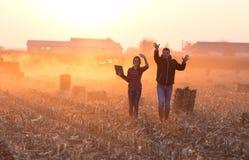 Agricoltori felici che camminano sul campo Fotografie Stock