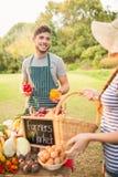 Agricoltori felici che stanno alla loro stalla Fotografie Stock