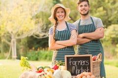 Agricoltori felici che stanno armi attraversate Immagine Stock