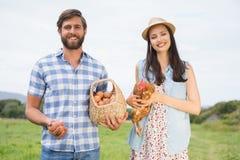 Agricoltori felici che tengono pollo e le uova Immagine Stock