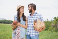 Agricoltori felici che tengono pollo e le uova Fotografia Stock Libera da Diritti