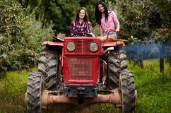 Agricoltori femminili che guidano il trattore Fotografie Stock