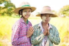 Agricoltori femminili tradizionali del Myanmar che accolgono Immagine Stock