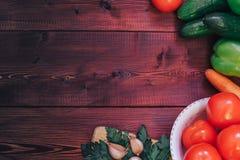Agricoltori freschi di verdure da sopra con lo spazio della copia su fondo di legno Fotografie Stock