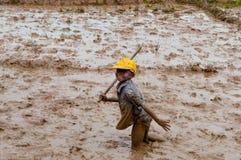 Agricoltori malgasci che arano campo agricolo Fotografia Stock