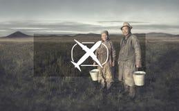 Agricoltori mongoli delle coppie che tengono bacino che posa concetto del campo Immagine Stock Libera da Diritti