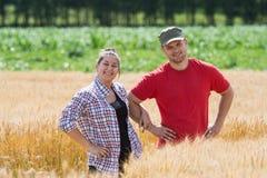 Agricoltori nei giacimenti di grano Fotografia Stock Libera da Diritti