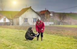 Agricoltori su terreno coltivabile Fotografia Stock Libera da Diritti