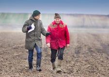 Agricoltori sul campo arato Fotografia Stock