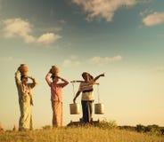 Agricoltori tradizionali birmani asiatici del gruppo nel tramonto Immagine Stock