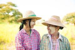 Agricoltori tradizionali della femmina del Myanmar Immagini Stock
