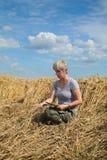 Agricoltura, agricoltore disperato nel giacimento di grano nocivo Immagine Stock