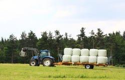 Agricoltura - balle di fieno di caricamento Fotografie Stock Libere da Diritti