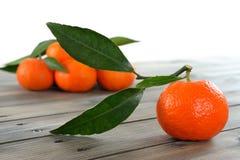 Agricoltura biologica delle clementine fresche, sulla base di legno Immagine Stock