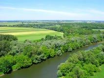 Agricoltura, campi nell'area boscosa, fiume di Morava, vista superiore fotografie stock