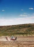 Agricoltura che ara trattore sul giacimento di cereale del grano Immagine Stock