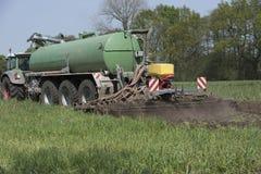 Agricoltura, concime di diffusione La Germania, Europa Fotografia Stock Libera da Diritti