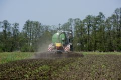 Agricoltura, concime di diffusione La Germania, Europa Fotografie Stock Libere da Diritti