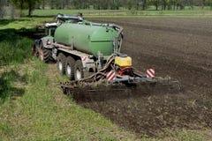 Agricoltura, concime di diffusione La Germania, Europa Immagini Stock Libere da Diritti