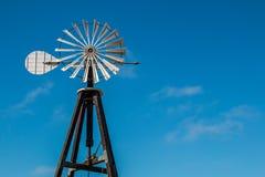 Agricoltura del mulino a vento con cielo blu Fotografia Stock