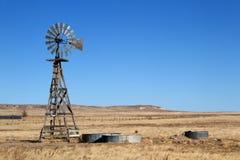 Agricoltura del mulino a vento sulle pianure di Colorado Fotografia Stock Libera da Diritti