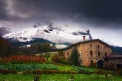 Agricoltura della casa con il frutteto vicino alla montagna di Anboto Immagine Stock Libera da Diritti