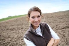 Agricoltura della donna che sta nel campo Fotografie Stock