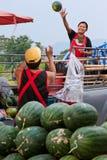 Agricoltura della moglie delle coppie che getta anguria al suo Husb Immagini Stock Libere da Diritti