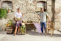Agricoltura delle coppie che producono un pane tostato con un bicchiere di vino, tempo di raccolto Fotografia Stock Libera da Diritti