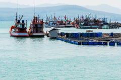 Agricoltura di acquacoltura della gabbia e peschereccio piacevole. Fotografie Stock