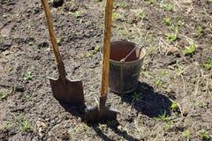 agricoltura due pale e un secchio del ferro lavoro della molla sul immagine stock libera da diritti